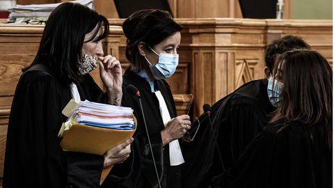 Anwälte beraten sich vor Prozessbeginn im Gerichtssaal in Saintes