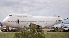 Diese Boeing 747-400 hat das zeitliche gesegnet: Dem Jumbojet im Pinal Airpark sind bereits die Tragflächen und das Seitenleitwerk im Heck demontiert worden.