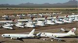 Bild 1 von 15der Fotostrecke zum Klicken:In mehrere Reihen hintereinander: Auf einer Fläche von mehr als 600 Hektar stehen in der Wüste von Arizona im Pinal Airpark die überflüssigen Passagiermaschinen, dem größten Park- und Schrottplatz für Zivilflugzeuge.