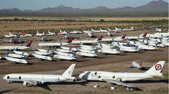 Bild 1 von 13der Fotostrecke zum Klicken:In mehrere Reihen hintereinander: Auf einer Fläche von mehr als 600 Hektar stehen in der Wüste von Arizona im Pinal Airpark die überflüssigen Passagiermaschinen, dem größten Park- und Schrottplatz für Zivilflugzeuge.