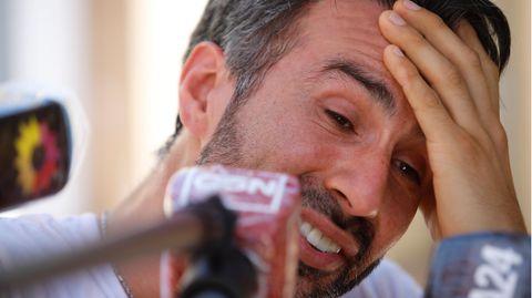 Leopoldo Luque,ehemaliger Leibarzt von Diego Maradona, gabunter Tränen ein Pressestatement ab