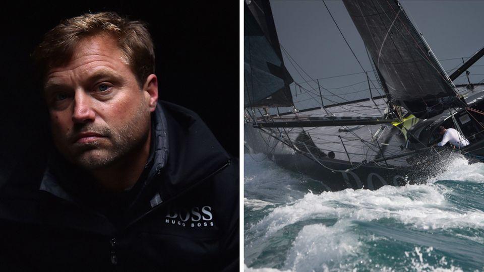 Links sitzt ein Mann mit dunkelblondem Seitenscheitel im Dämmerlicht, rechts rast eine Regatta-Yacht übers Meer