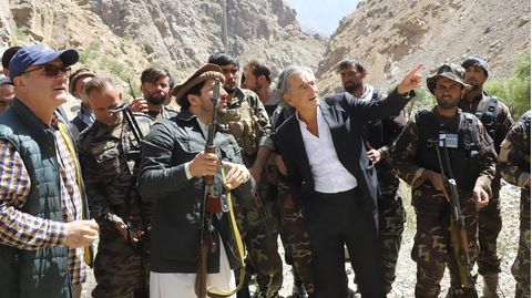 Bernard-Henri Lévy im Gespräch mit Ahmad Massoud (2. v. l.)