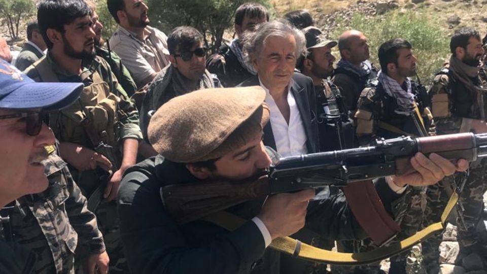 Ahmad Massoud schießt mit seinem Sturmgewehr drei Mal. Und trifft drei Mal.