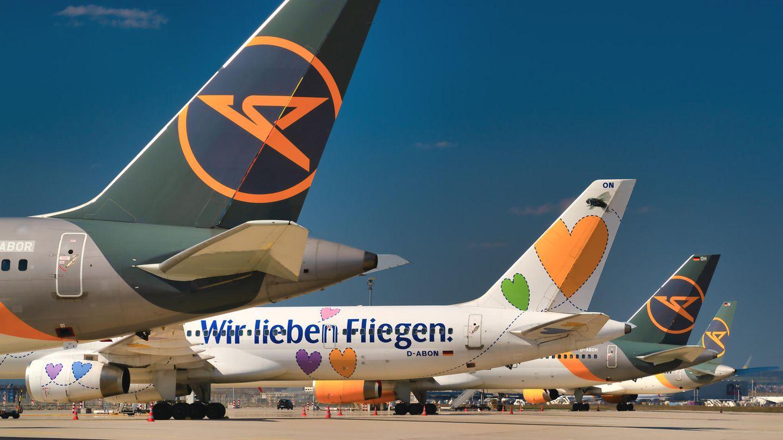 Condor-Jets parken am Flughafen Frankfurt auf dem Vorfeld