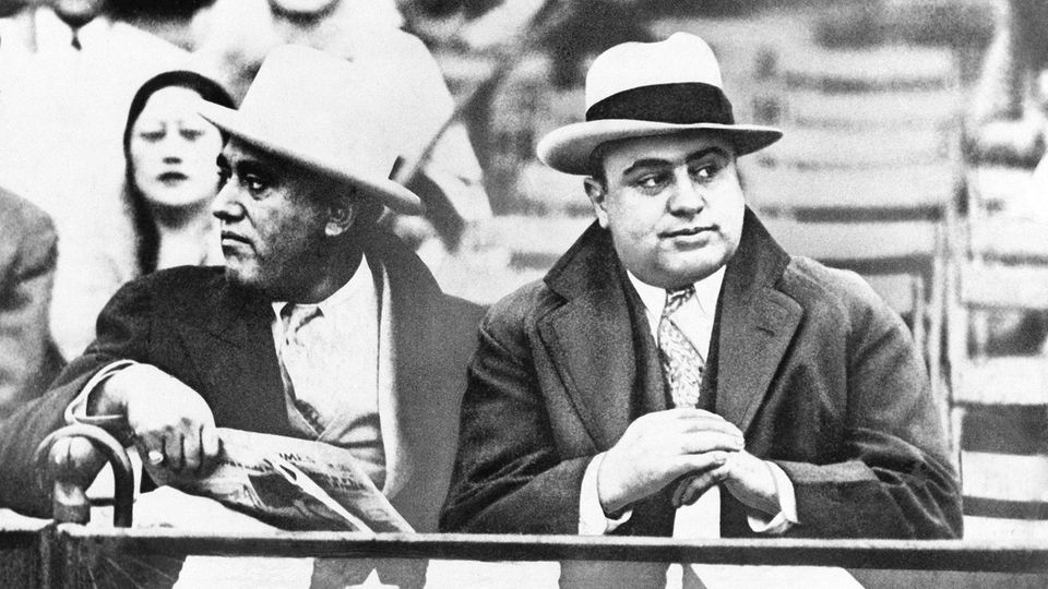 "Der Mafaboss Al Capone (rechts), auch als ""Scarface"" bekannt"