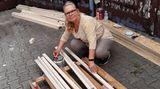 """Ärmel hoch und anpacken – zusammen mit einigen Nachbarn aus Berlin Heiligensee errichtete Ines Sydow in zwei Tagen das """"Little Home"""" für den obdachlosen Micha"""