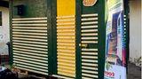 """So sieht das """"Little Home"""" von Micha aus: eine Wohnbox von 3,2 qm aus Europaletten und Grobspanplatten auf Rollen. Die Wände sind gedämmt, um die Kälte draußen zu halten. Materialkosten ca. 1582 Euro"""