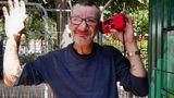 Der schwer kranke Micha freut sich über sein neues Radio, das er mit einer Handkurbel oder mit Solarzellen betreiben kann