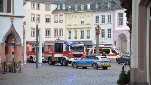 Rheinland-Pfalz, Trier: Einsatzkräfte von Polizei und Feuerwehr sind nahe der Fußgängerzone im Einsatz