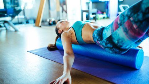 Eine Pilates-Rolle unterstützt das Training