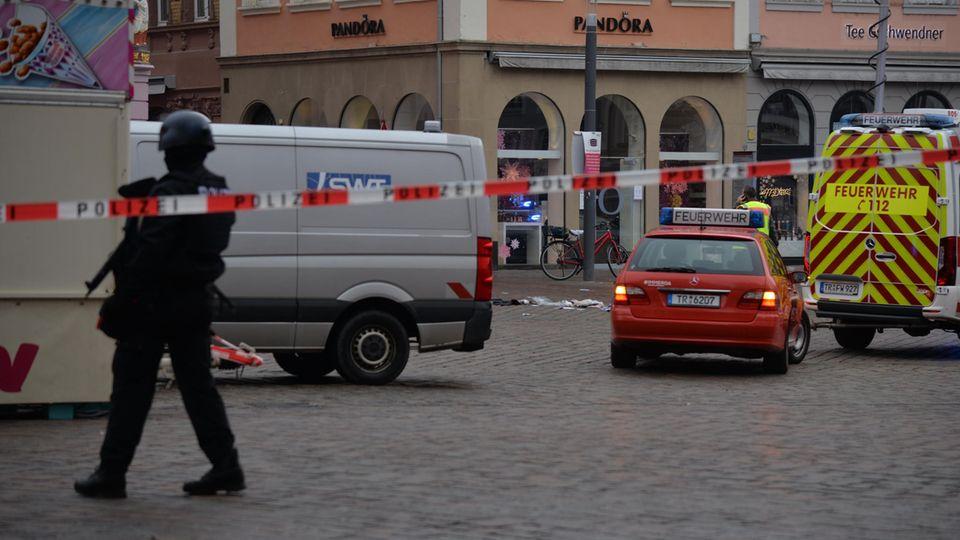 Rheinland-Pfalz, Trier: Die Polizei sichert den Tatort nahe der Fußgängerzone
