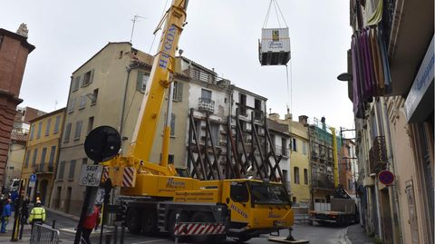 In Perpignan wurde ein 300 Kilo schwerer Mann mittels eines Krans und eines Containers aus seiner eigenen Wohnung gerettet