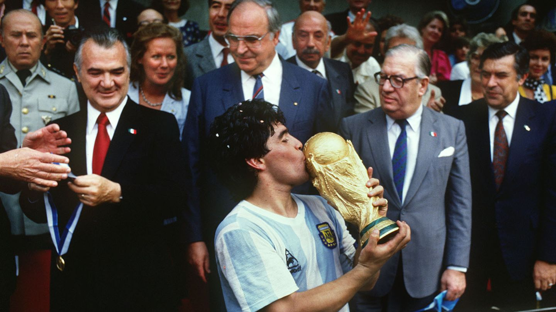 Maradona küsst den WM-Pokal