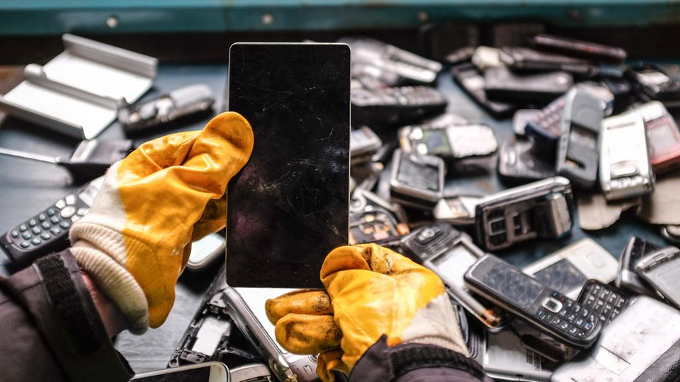 Gerade beim Handy stellt sich die Gretchenfrage: Verschrotten oder es sein lassen?