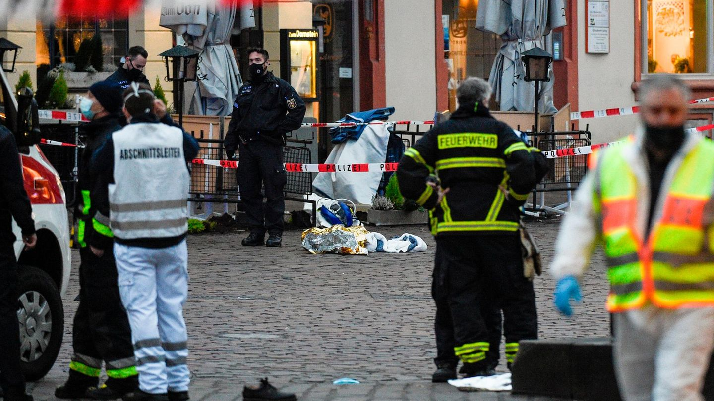 Polizei und Sanitäter kümmern sich in der Einkaufsstraße von Trier um Verletze