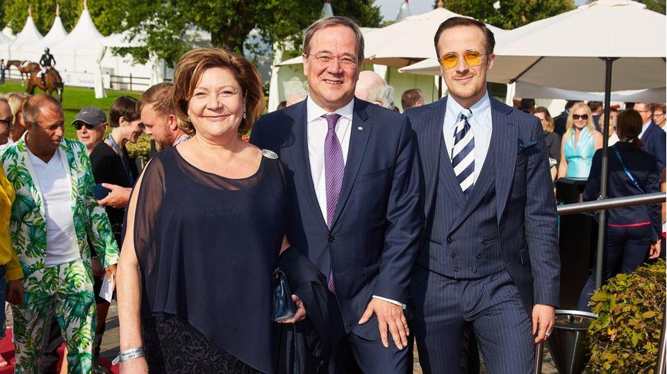 Johannes Laschet posiert mit Vater Armin und Mutter Susanne