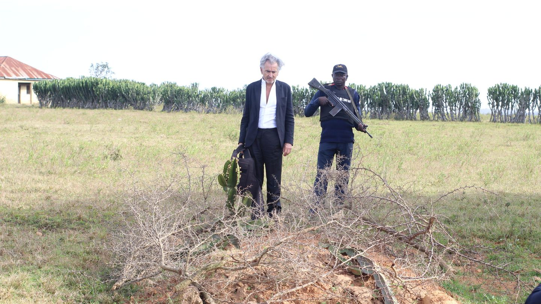 Bernard-Henri Lévy und sein Begleiter vor einem Grab in Tanjol, Nigeria