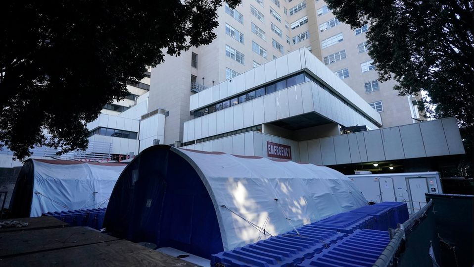 Zelte stehen vor einem medizinischen Zentrum der Universität von Kalifornien
