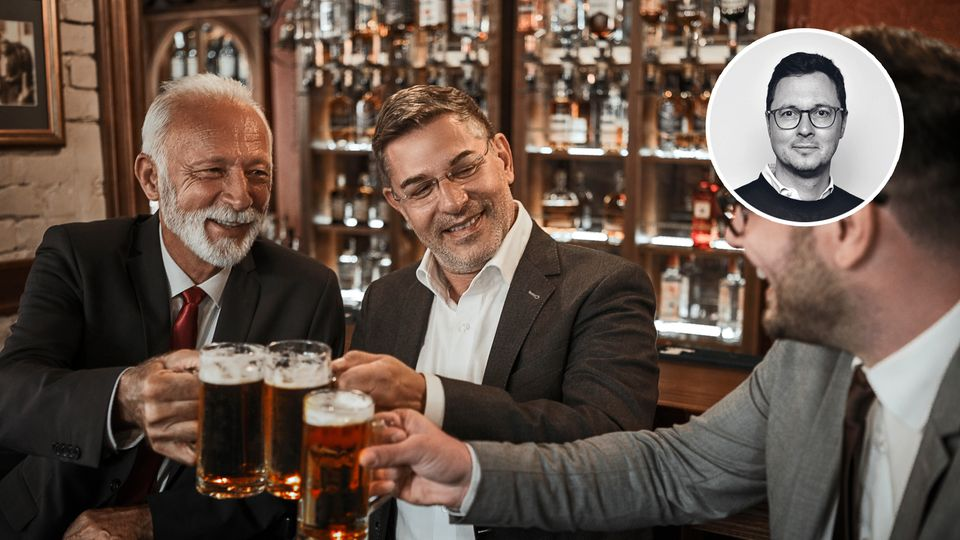 Männer in einer Bar stoßen an