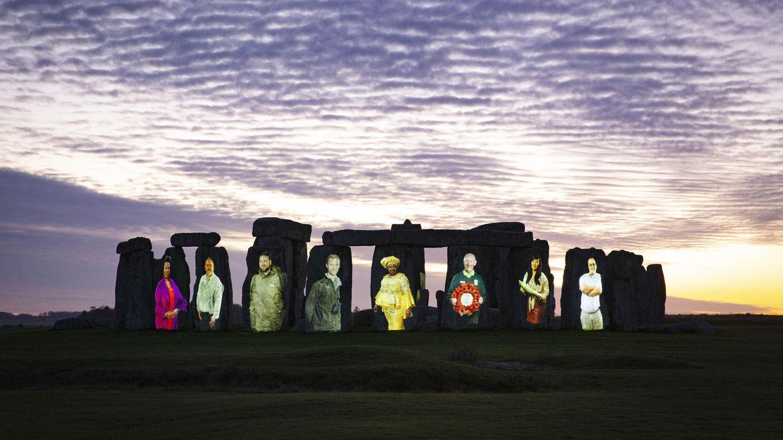 Auf den Steinen von Stonehenge sind die Bilder von Menschen zu sehen.