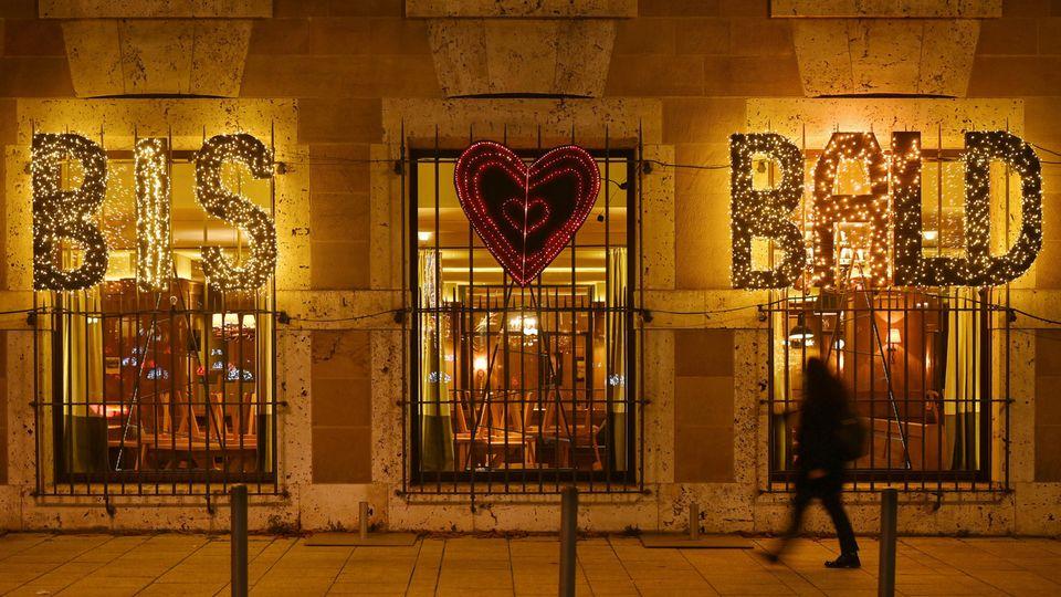 """Die Worte """"Bis bald"""" als Weihnachtsbeleuchtung eines Restaurants"""