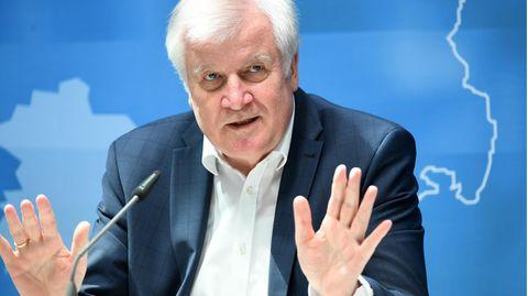 Bundesinnenminister Horst Seehofer gestikuliert