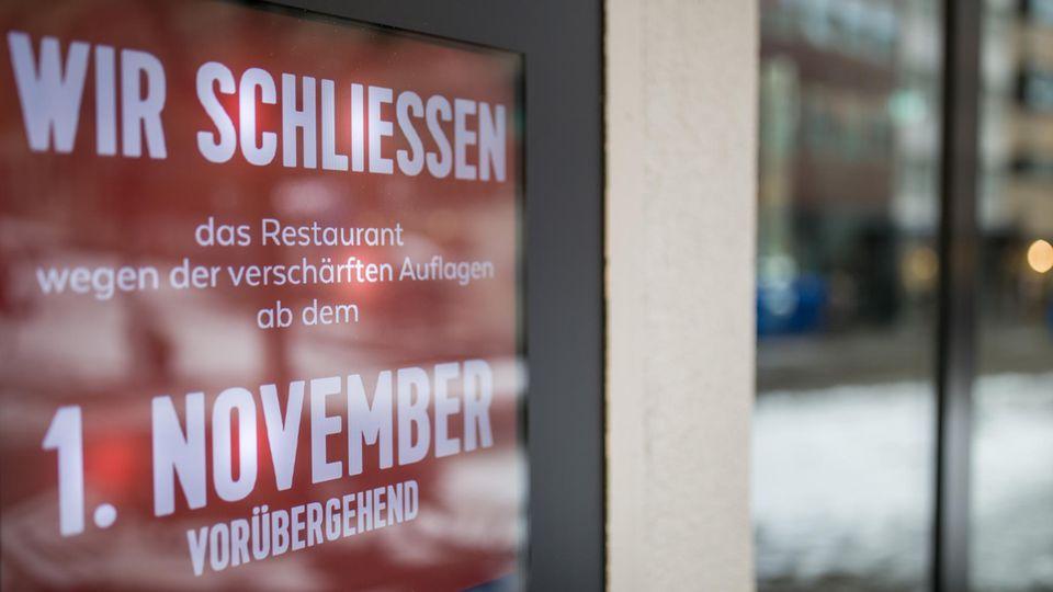 Schild an einem Restaurant - Wir schließen
