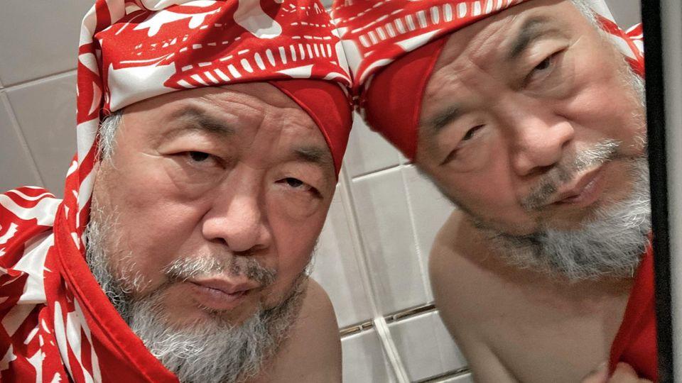 Ai Weiwei macht ein Selfie vor einem Spiegel