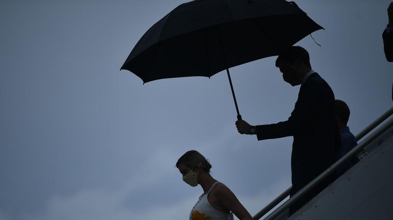 IvankaTrump und Jared Kushner beim Verlassen eines Flugzeug