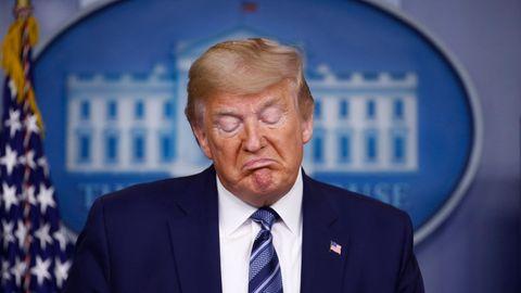 Donald Trump blickt nach unten