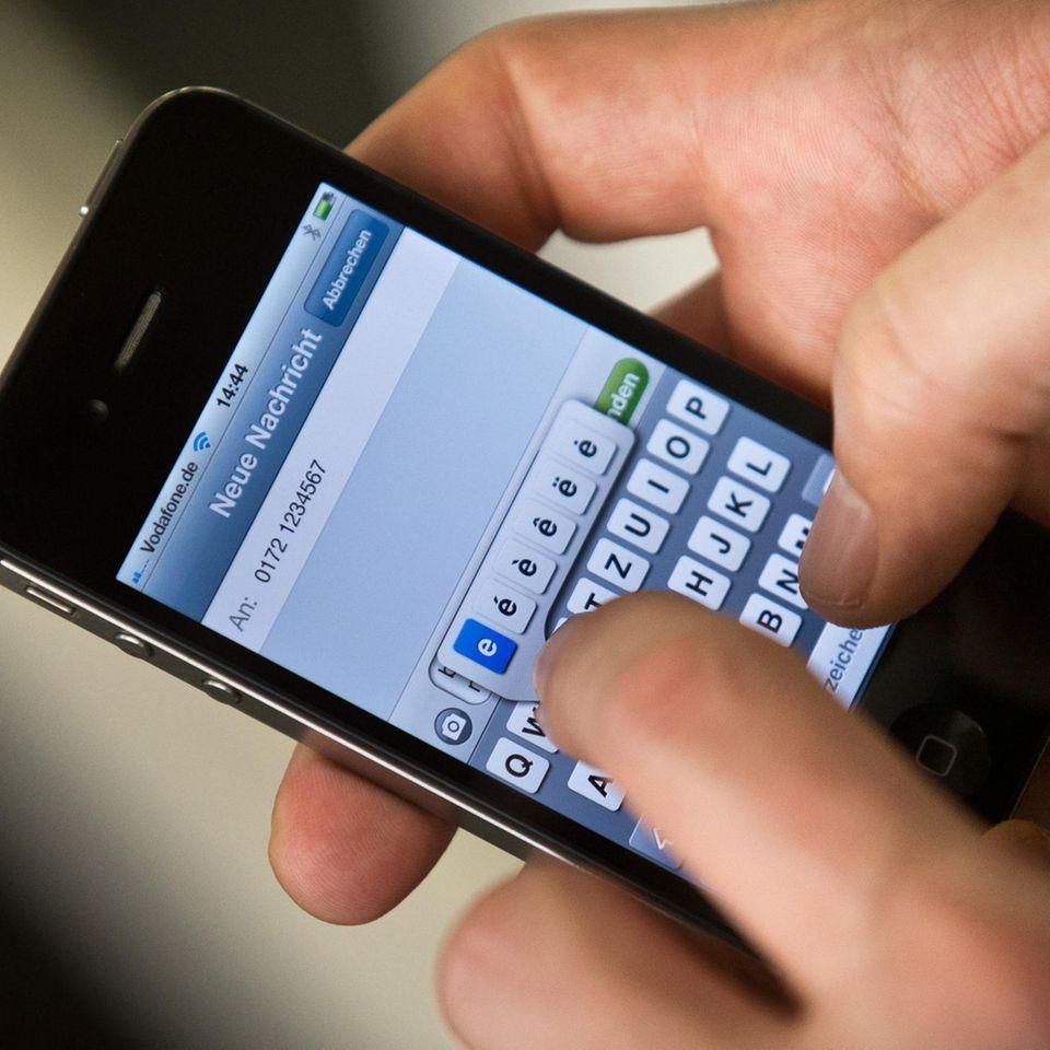 """3. Dezember 1992: Die erste SMS wird verschickt  Was heute vor 28 Jahren geschah, war damals ein großer Fortschritt. Inzwischenist diese Technik schon beinahe wieder out: Der Ingenieur Neil Papworth verschickte am 3. Dezember 1992 – damals von seinem PC – die weltweit erste SMS an ein Handy im Vodafone-Netz. Danach traten die Kurzmitteilungen ihren Siegeszug an. Heutzutage sind Nachrichten über den Messenger-Dienst Whatsapp wesentlich beliebter als SMS, und wir nutzen fast nur noch Smartphones wie das moderne Handy auf diesem Foto. Aber der Text von damals geht noch immer: Er lautete """"Merry Christmas""""."""
