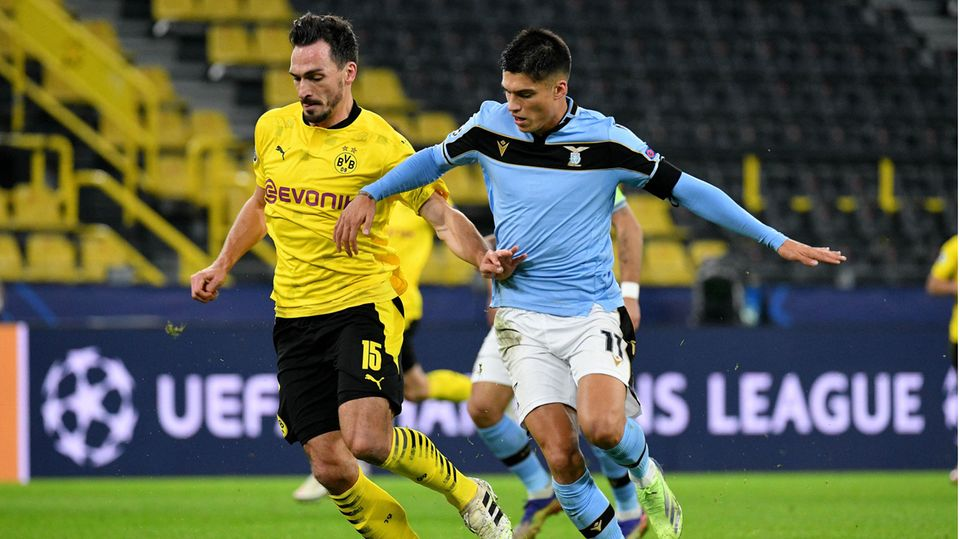 Mats Hummels (l., Borussia Dortmund) im Zweikampf mit Joaquin Correa (Lazio Rom)