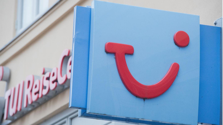 Das Firmen-Schild mit dem Logo des Reiseveranstalters Tui an einem Reisebüro