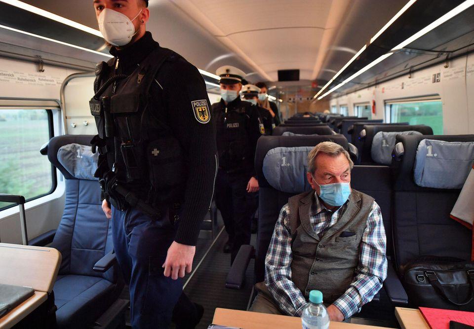 Bundespolizisten kontrollieren in einemvon München nach Hamburg die Einhaltung der Hygieneregeln, insbesondere das Tragen einer Nase-Mund-Bedeckung.