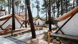 Portugal: Bukubaki Eco Resort  In diesem Eco Resort in der Nähe von Peniche an der Silberküste, eine Stunde von Lissabon entfernt, wurde in jedem Bereich auf Nachhaltigkeit geachtet. Und es geht sportlich zu: Surfen, Skaten undYoga stehen auf dem Programm.  Infos: www.bukubaki.com