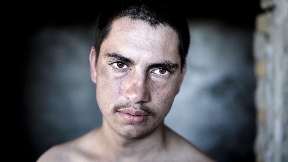 Bakht, 17, kommt aus Pakistan. Grenzpolizisten haben ihn geschlagen und seine Sachen ins Feuer geworfen