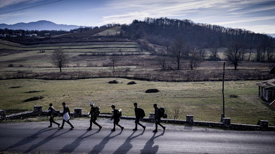 Eine Gruppe von Geflüchteten startet einen neuen Versuch, über die Grenze zu kommen