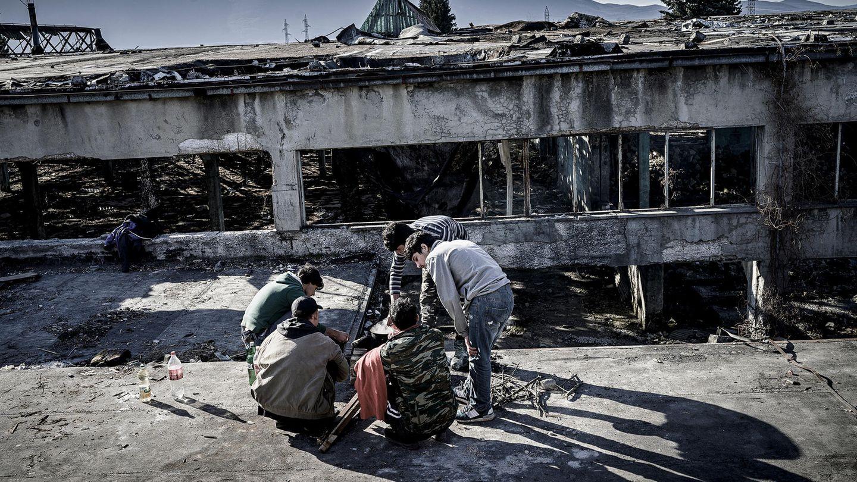 Die wenigen Camps im bosnisch-kroatischen Grenzgebiet sind überfüllt. Die Flüchtlinge müssen zusehen, wo sie unterkommen. Einige haben in der ehemaligen Metallfabrik von Bihac ihr Lager aufgeschlagen. Die EU-Grenze ist nur wenige Kilometer entfernt, an den Hügeln am Horizont