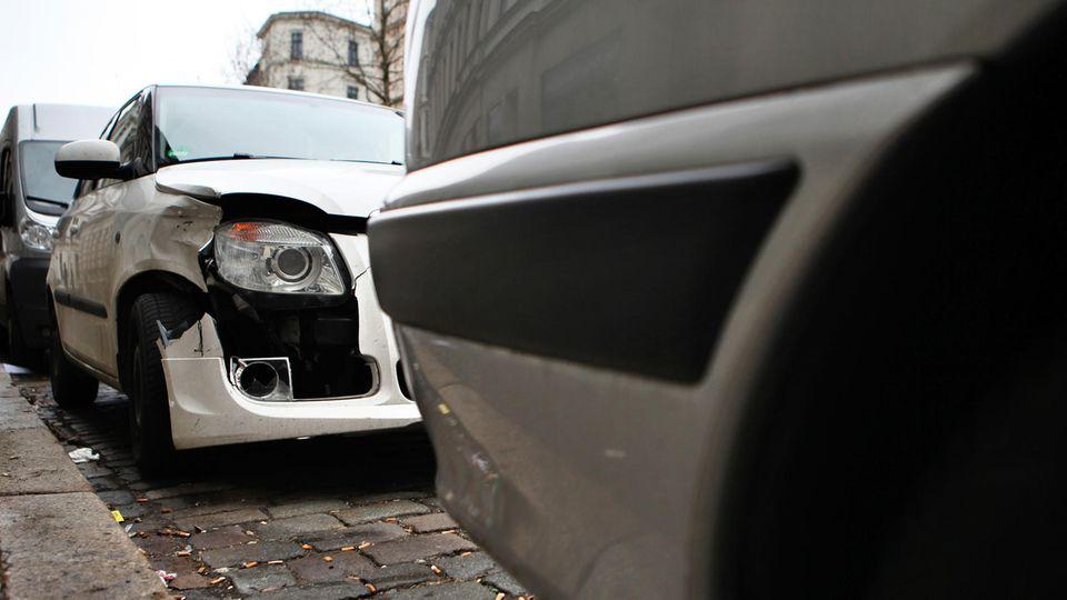 Nachrichten aus Deutschland: PKW mit Blechschaden steht in einer Parklücke