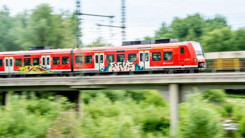 Nachrichten aus Deutschland: S-Bahn in Hannover fährt über eine Brücke