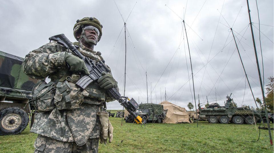 Ein US-Soldat steht in Kleinfalz nahe dem Truppenübungsplatz Grafenwöhr vor einem mobilen taktischen Lagezentrum der US-Armee