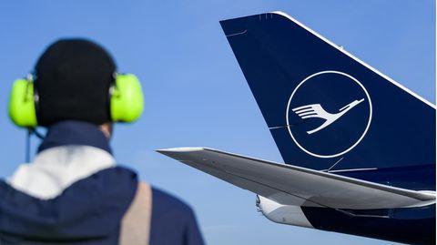 Das Leitwerke einer Boeing 747-8 der Lufthansa