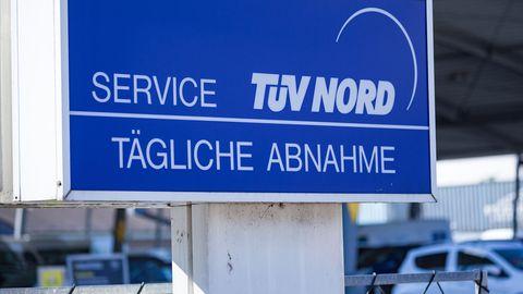 """Nachrichten aus Deutschland: Schild mit der Aufschrift """"TÜV Nord"""""""