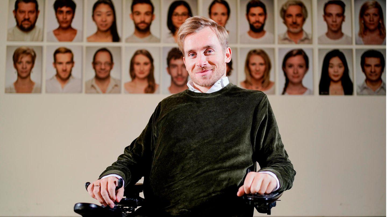 Samuel Koch im Foyer des Nationaltheaters in Mannheim vor Bildern seinerSchauspieler-Kollegen. Er ist selbst festes Ensemble-Mitglied, auch sein Porträt hängt an der Wand