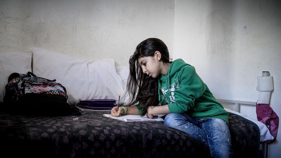 Maha ist mit ihren Eltern aus dem Iran geflohen. Sie sind in einem Familiencamp untergebracht. Wie es für sie weitergehen wird, ist ungewiss