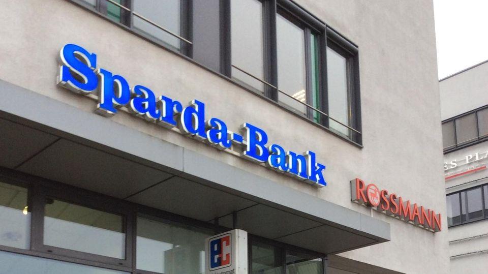 Kein Zugriff aufs Girokonto: Eine Filiale der Sparda-Bank Hamburg in Lübeck. Die Bank war wochenlang für Kunden schwer zu erreichen. Schuld war eine Systemumstellung in der IT.
