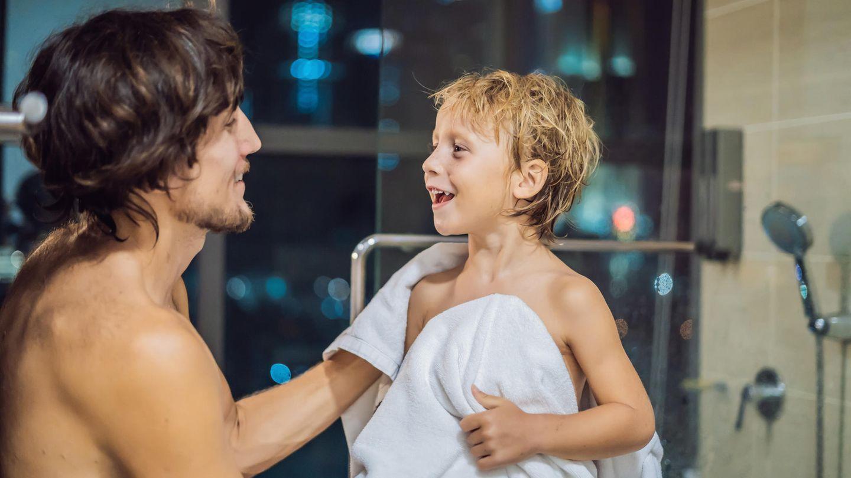 Vater und Sohn nach der Dusche