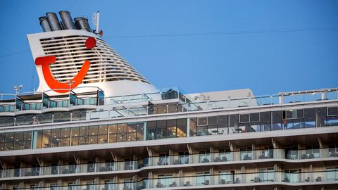 Der Schornstein eines Schiffes von Tui Cruises