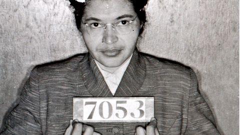 """5. Dezember 1955: Eine Frau entfesseltden """"Busboycott von Montgomery""""  Rosa Parks wollte ihren Sitzplatz im Bus nicht für einen weißen Fahrgast freimachen – und wurde deswegen festgenommen. Die damals 42-Jährige löste in ihrer Heimatstadt Montgomery in Alabama eine Welle des zivilen Ungehorsams und des Protests gegen Rassendiskriminierung aus. Heute vor 65 Jahren begann die Aktion, die als """"Busboycott von Montgomery""""in die Geschichte einging. Die schwarze Bevölkerung, die bis dato in öffentlichen Verkehrsmitteln durch eine demütigende Rassentrennungspraxis schikaniert wurde, wurde als Reaktion auf Parks' Festnahme von einer lokalen Bürgerrechtsbewegung aufgerufen, nicht mehr Bus zu fahren, sondern Fahrgemeinschaften zu bilden, Taxis zu nehmen oder zu Fuß zu gehen – so lange, bis sichergestellt sei, dass schwarze Fahrgäste die gleichen Rechte hätten wie weiße und respektvoll behandelt würden. Die Aktion, die von Pastor Martin Luther King unterstützt wurde und ihn weltweit bekannt machte, sollte nicht zuletzt wirtschaftlichen Druck auf die Verkehrsbetriebe ausüben. Doch die Akteure brauchten einen langen Atem. So auch Rosa Parks. Dieses Foto entstand im Februar 1956 nach einer weiteren Festnahme. Erst ein knappes Jahr später, im November 1956, wurde die Rassentrennung in Bussen durch ein Gerichtsurteil aufgehoben."""